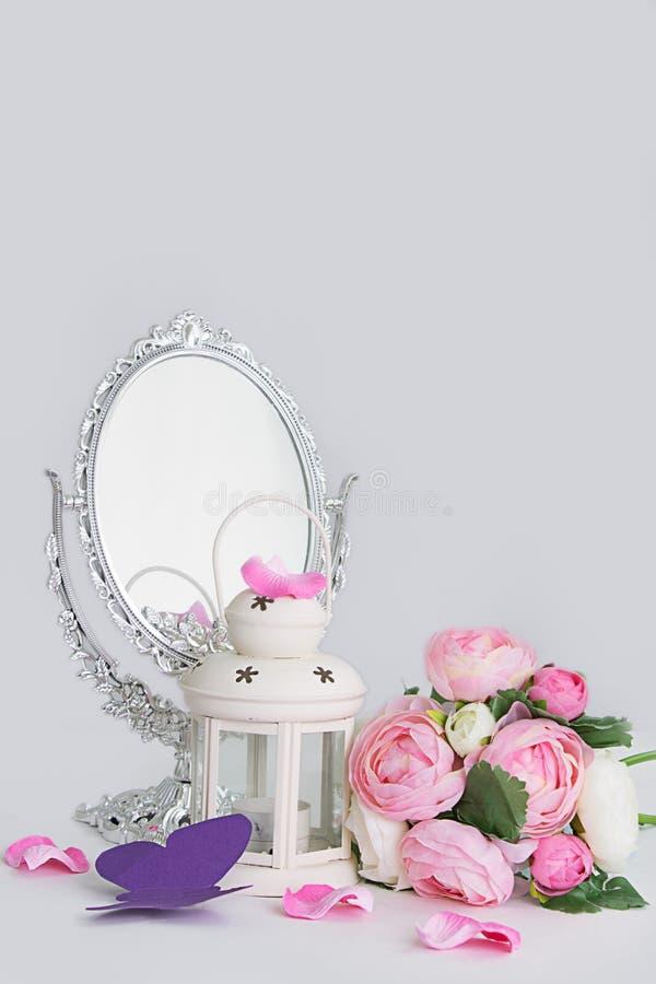 笼子、灯笼和银镜子的白色装饰 免版税库存图片