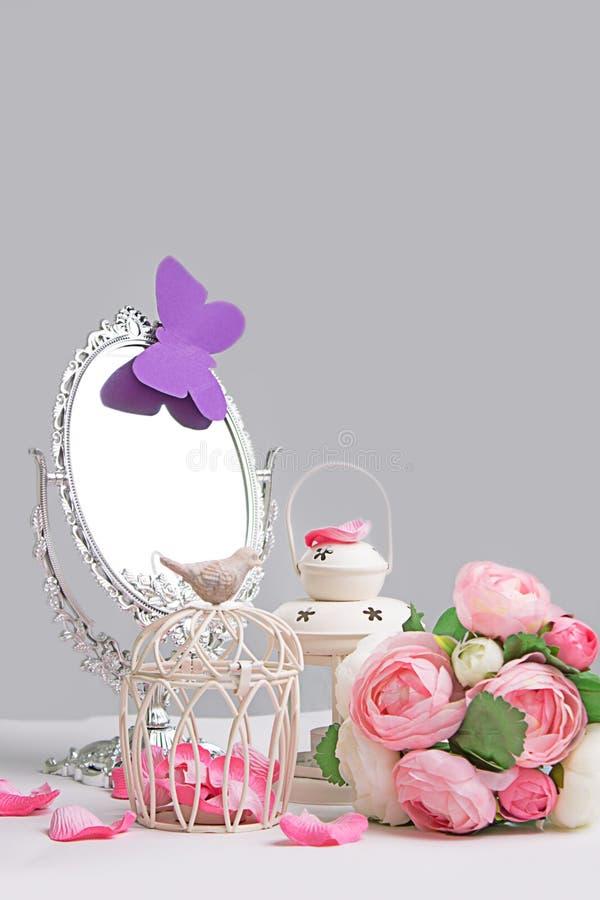 笼子、灯笼和银镜子的装饰 库存照片