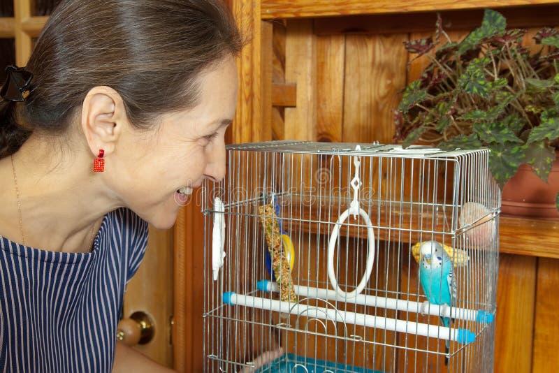 笼子宠物妇女 免版税库存照片