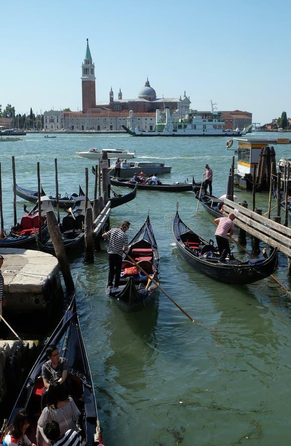等候乘驾的平底船的船夫和他的长平底船游人在大运河在威尼斯 免版税库存照片