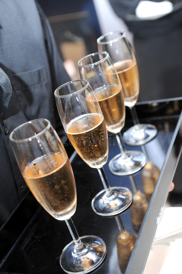 等候人员服务香槟 免版税图库摄影