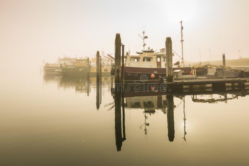 等候在入港税的渔船被延迟的离开对重 库存图片