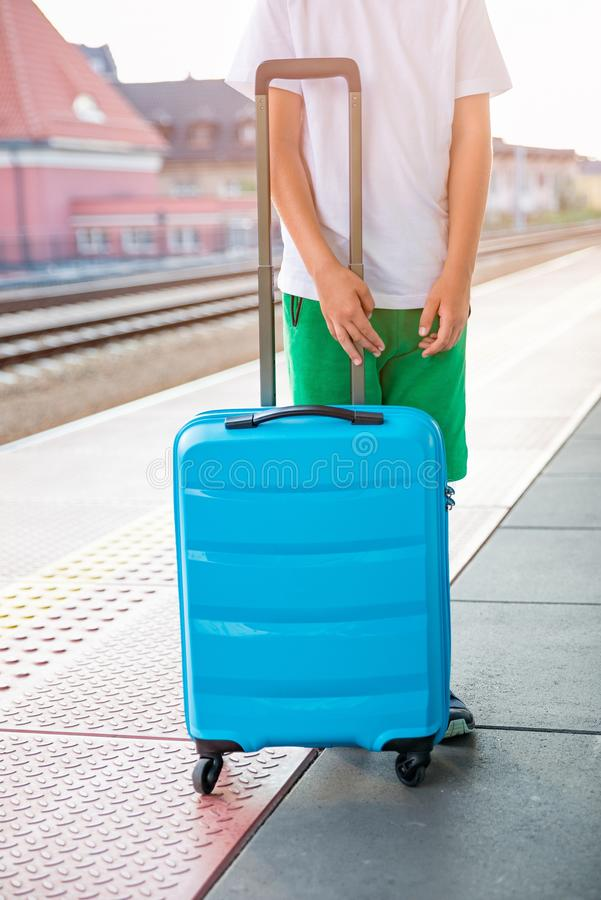 等待与行李的单独孩子 图库摄影