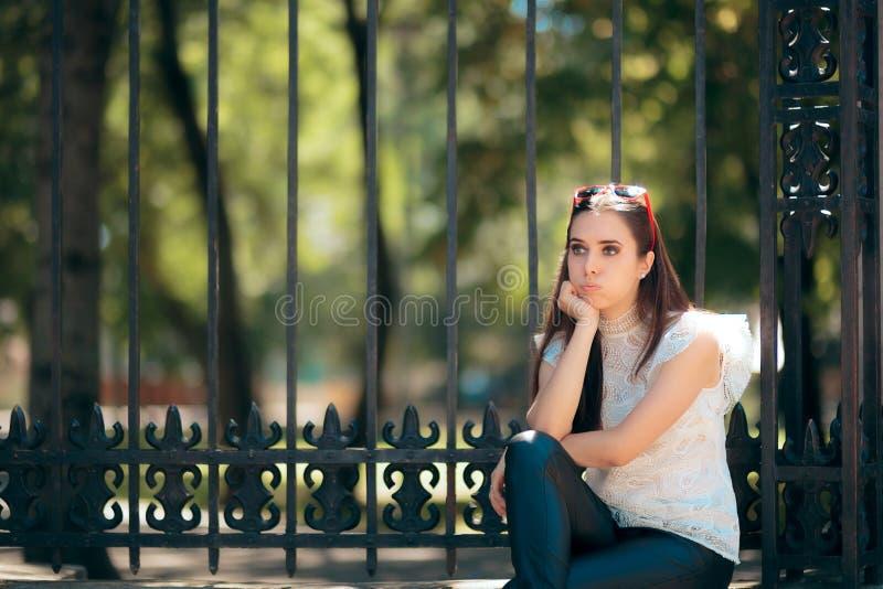 等待乏味单独的妇女户外 库存照片