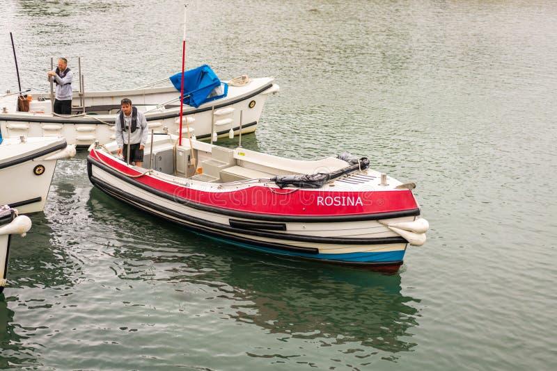 等待乘客的小船在Marazion 库存照片