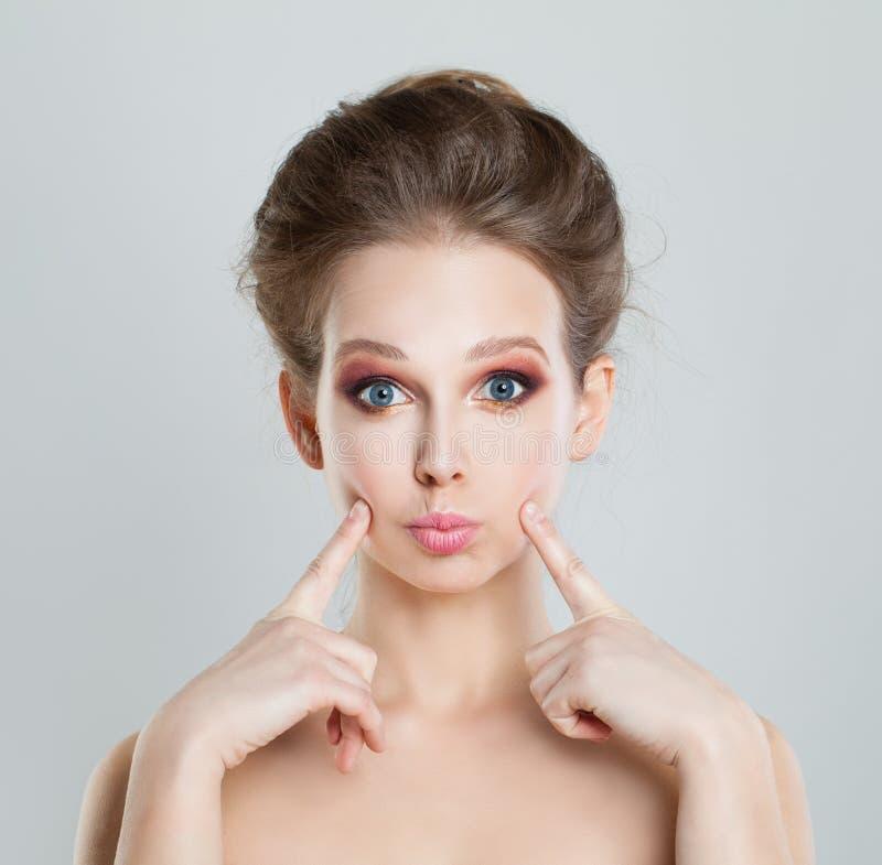 等待亲吻的滑稽的女孩时装模特儿 免版税库存照片