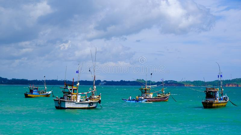 等待他们的上尉的斯里兰卡的渔船 免版税库存图片