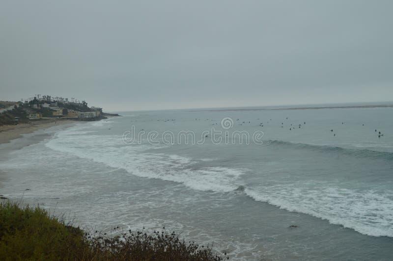 等待他们的波浪的马利布海滩的冲浪者来 体育自然风景 免版税库存图片