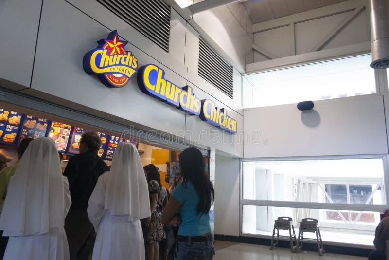 等待他们的轮的尼姑将服务在便当Churchs鸡商店链子  图库摄影