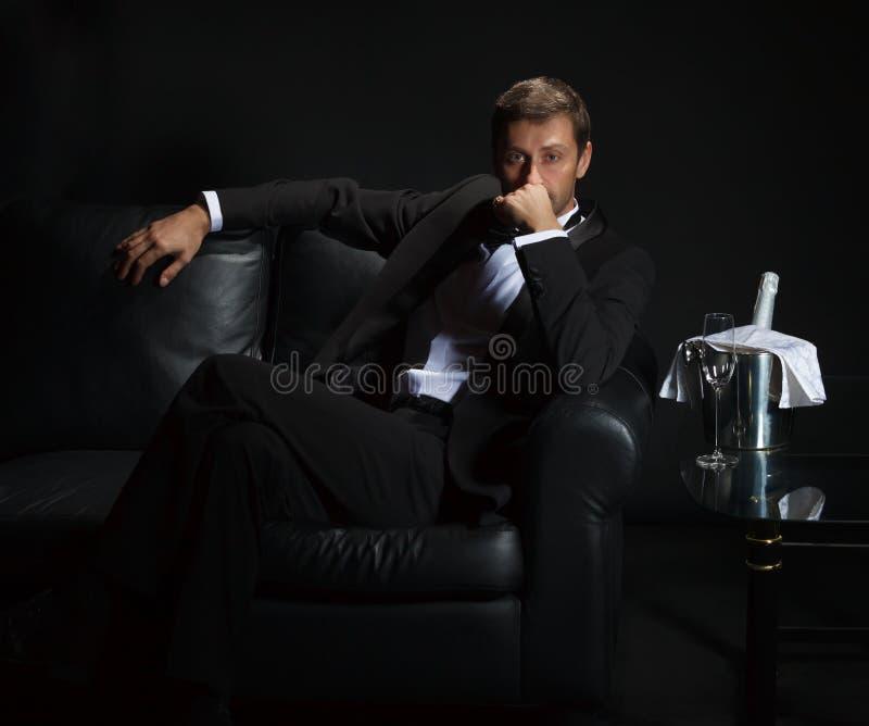 等待他的日期的无尾礼服的性感的人 库存图片