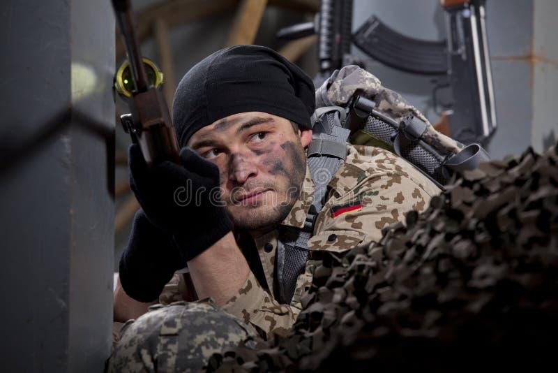 等待位置的狙击手 免版税库存图片
