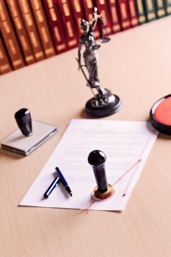 等待公证员的署名的本文 库存图片