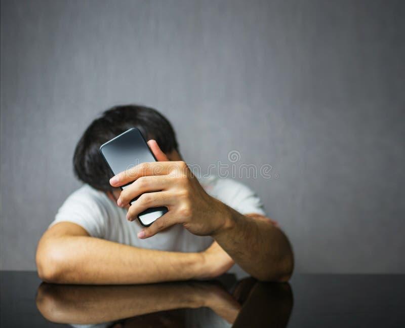 等待和检查电话屏幕 库存图片