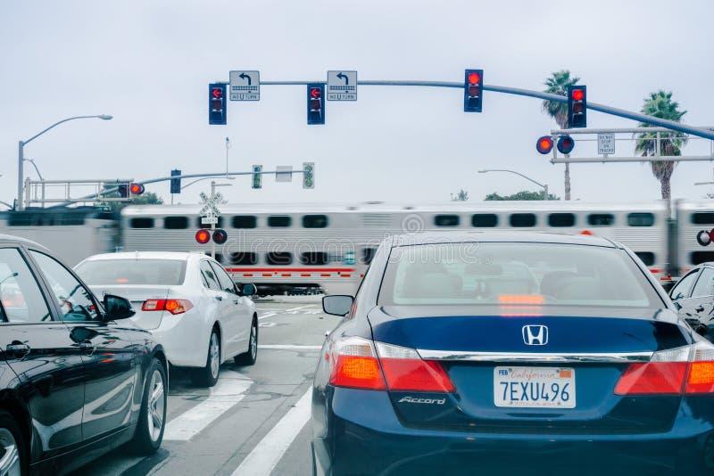 等待在一个红色红绿灯的车 免版税库存图片