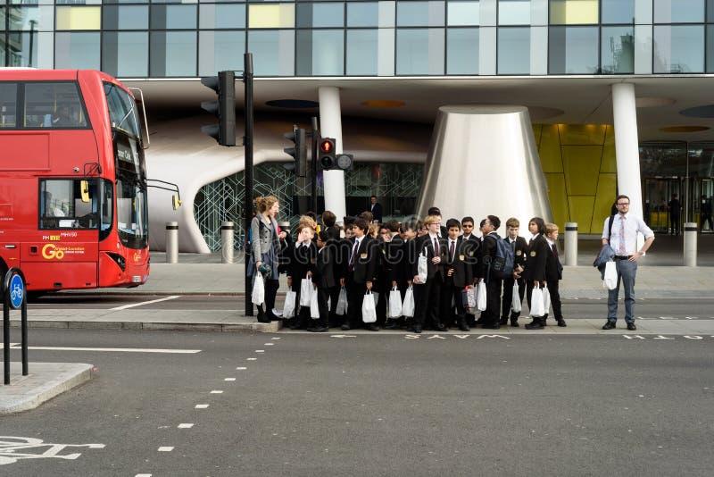 等待在一条行人交叉路的孩子 库存图片