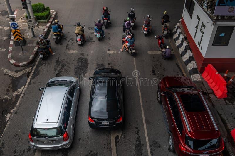 等待在一红色红灯的车在Khlong Toei的交叉点 图库摄影