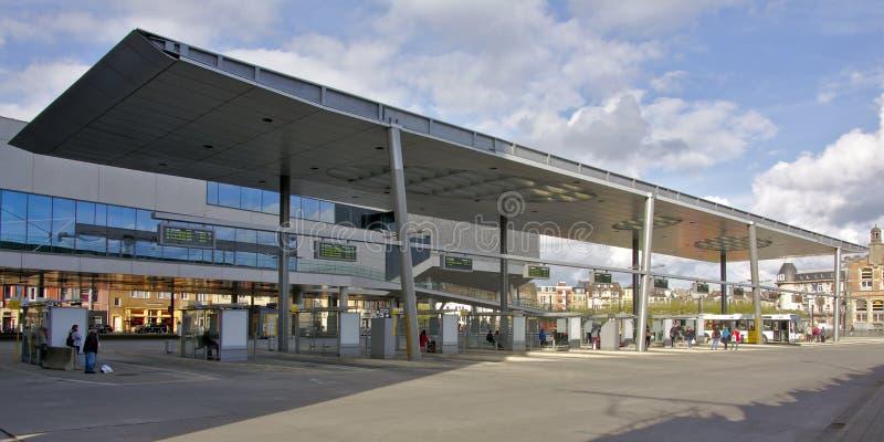 等待在公共汽车站的人们 免版税库存图片