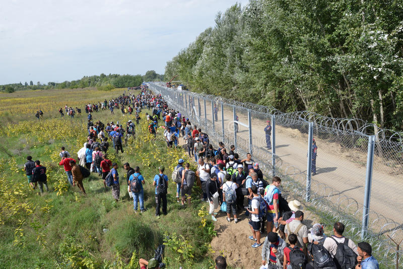 从等待在匈牙利边界的中东的移民 免版税库存图片