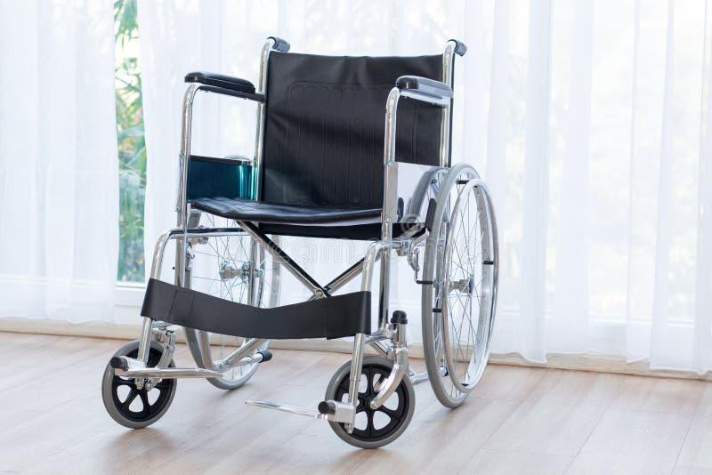 等待在医房的轮椅服务有太阳光的 免版税库存照片