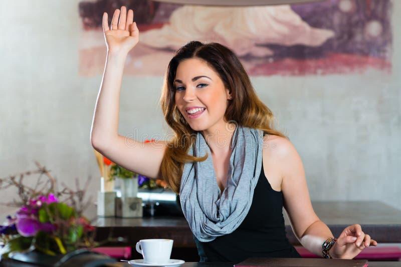 等待在咖啡馆的学生或女实业家 免版税图库摄影