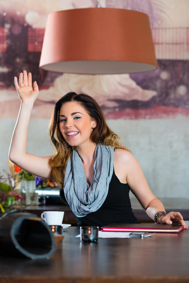 等待在咖啡馆的学生或女实业家 免版税库存图片