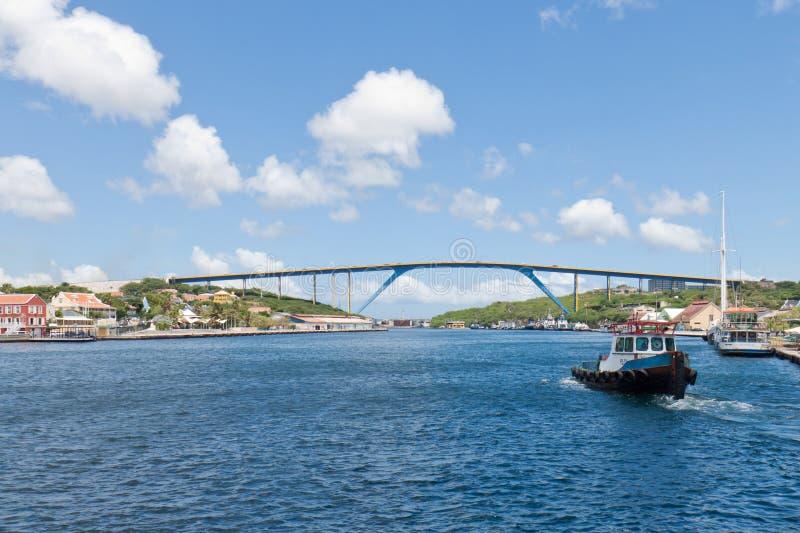 等待在圣塔安那海湾港口的领航船 免版税库存照片