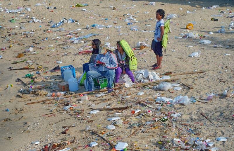 等待在废弃物海  库存图片