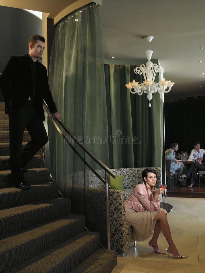 等待在旅馆大厅的妇女 免版税库存图片
