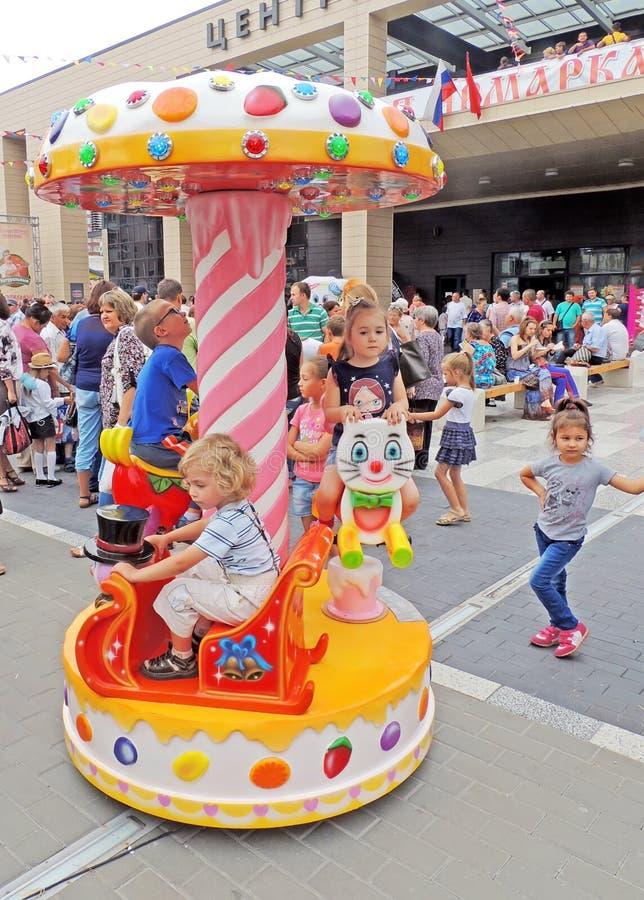 等待在旋转木马的轮乘驾 免版税库存照片