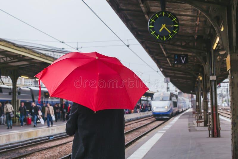 等待在火车站平台的乘客火车  库存图片