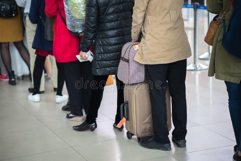 等待在登机门的亚裔人民队列在机场 特写镜头 库存照片