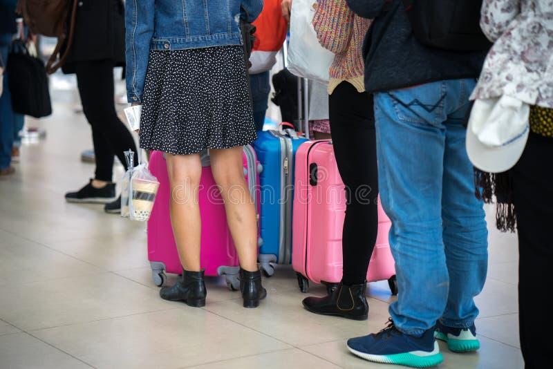 等待在登机门的亚裔人民队列在机场 特写镜头 免版税库存图片