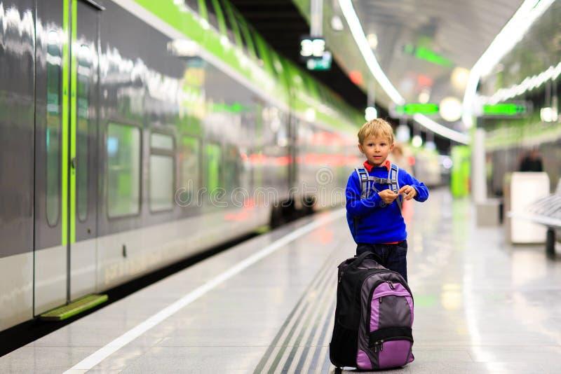 等待在管平台的小男孩火车 图库摄影