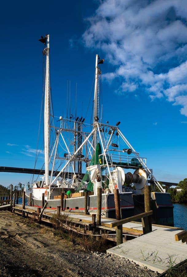等待在船坞的虾拖网渔船 库存照片