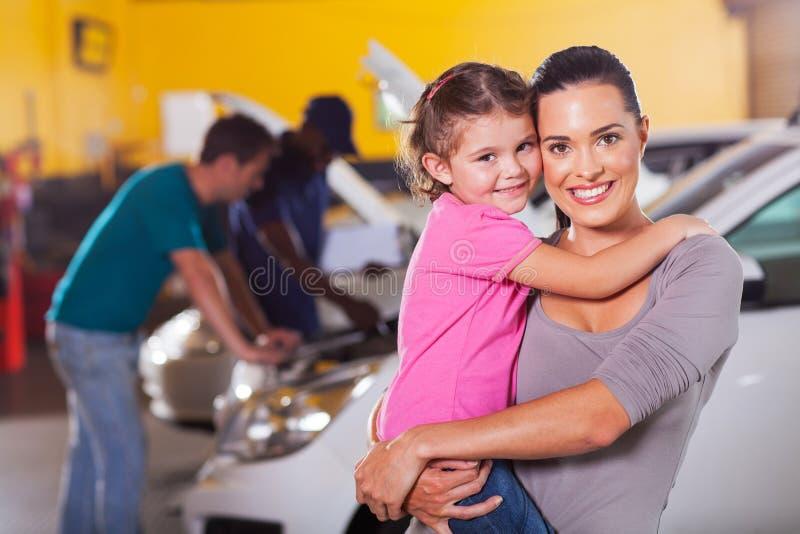 母亲女儿车库 免版税库存图片