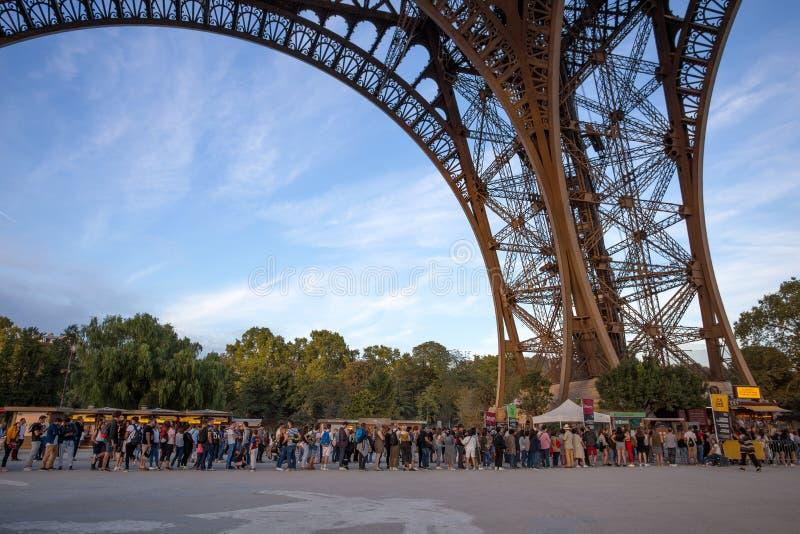 等待在长的队列的人们在埃菲尔铁塔在巴黎,法国 免版税库存图片