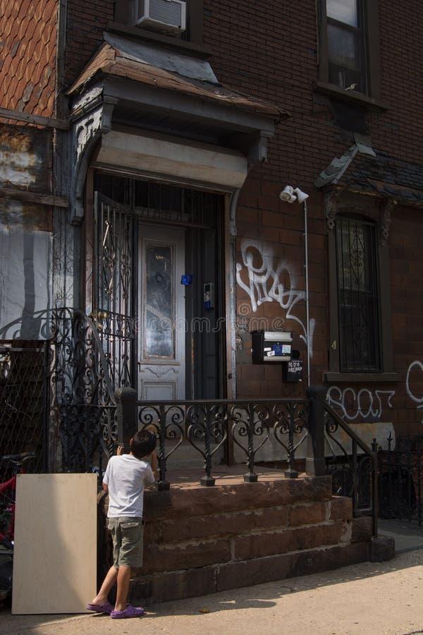 等待在门在布鲁克林 免版税库存图片