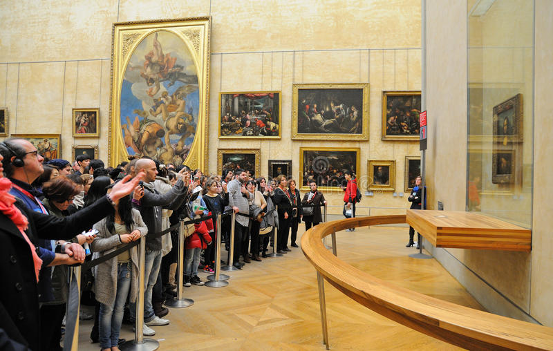 等待在队列的人们在罗浮宫(Musee du Louvre)看蒙娜丽莎绘画 免版税库存图片