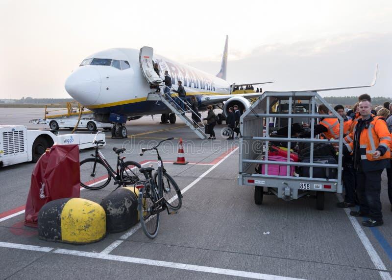 等待在e-i的行李和自行车上的瑞安航空公司飞机 免版税库存图片