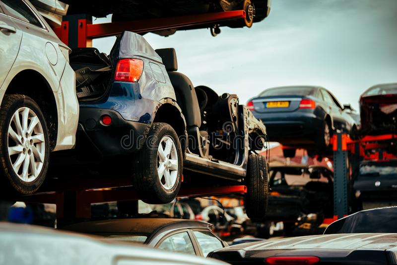 等待在scrapyard的损坏的汽车将回收或用于s 图库摄影