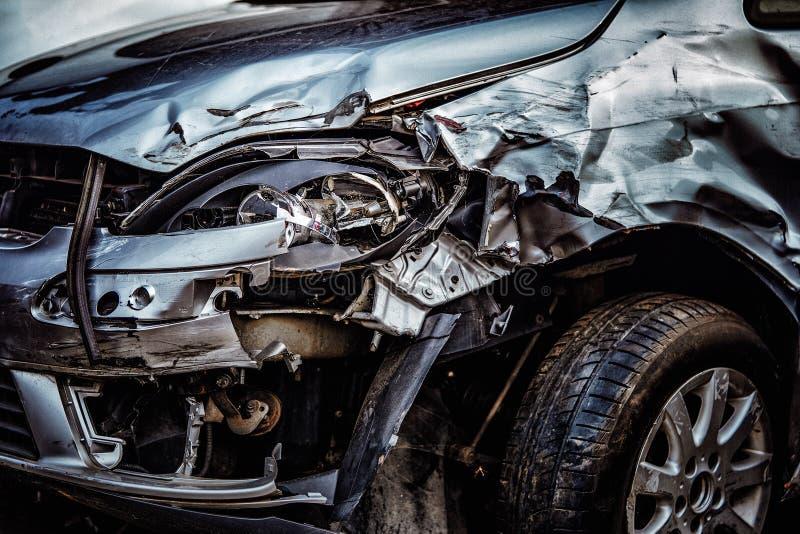 等待在scrapyard的损坏的汽车将回收或用于s 免版税库存照片