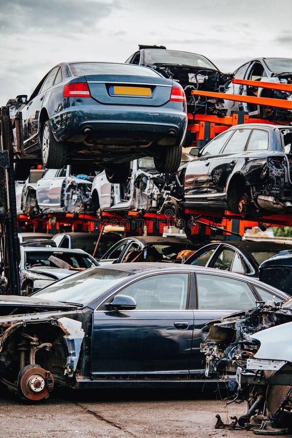 等待在scrapyard的损坏的汽车将回收或用于s 库存图片