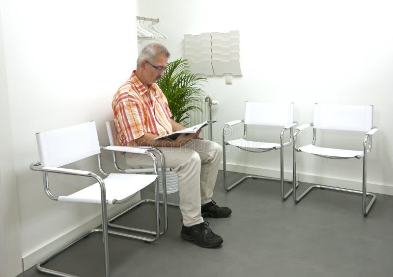 等待在waitingroom的成人人 免版税库存照片
