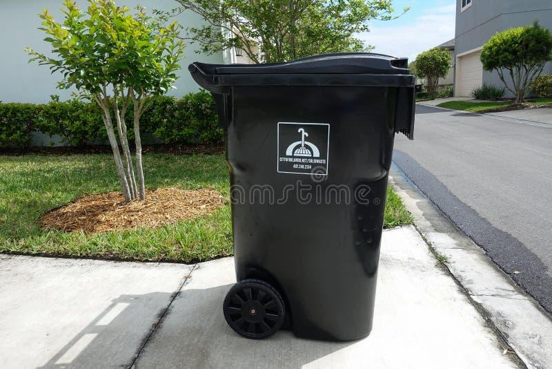 等待垃圾车的充分的垃圾桶 免版税库存图片