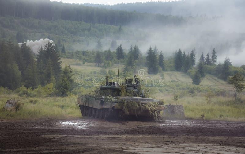等待敌人的坦克 免版税库存图片