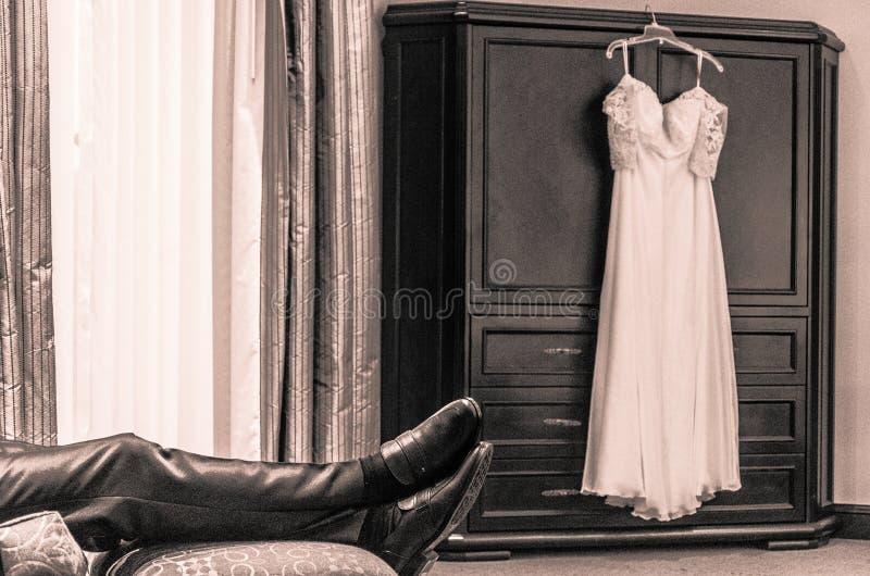 等待新娘的新郎 免版税图库摄影