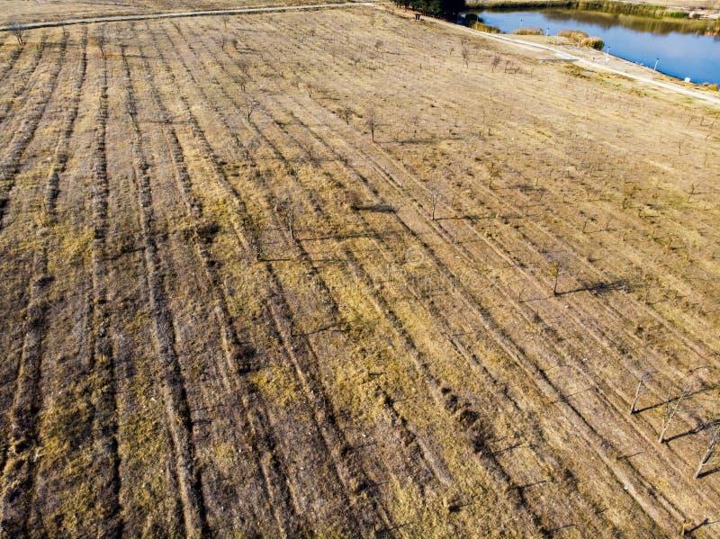 等待新的农业季节的空的农场土地 免版税库存照片