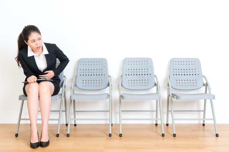 等待新的工作采访的办公室工作者女孩 免版税图库摄影