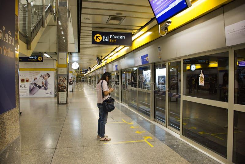 等待旅途的亚裔泰国人和外国人旅客由MRT 图库摄影