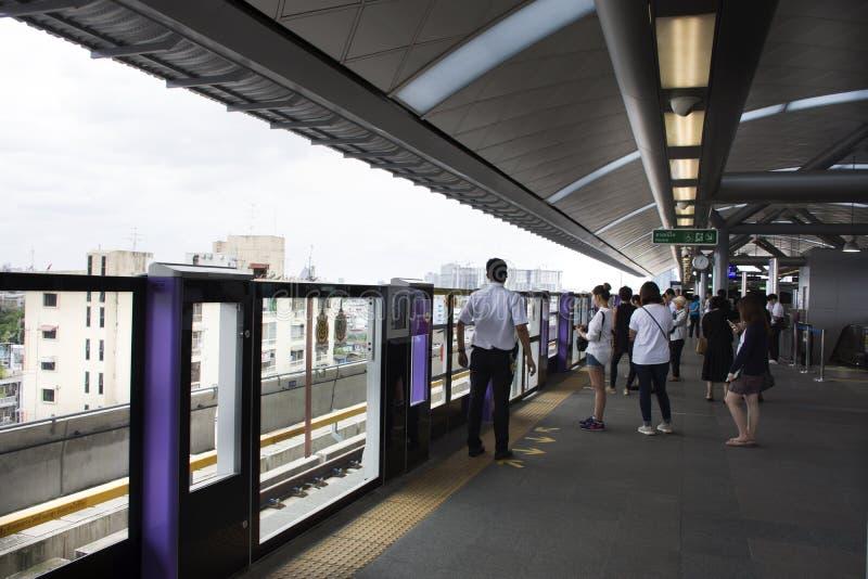 等待旅途的亚裔泰国人和外国人旅客由MRT 免版税库存照片